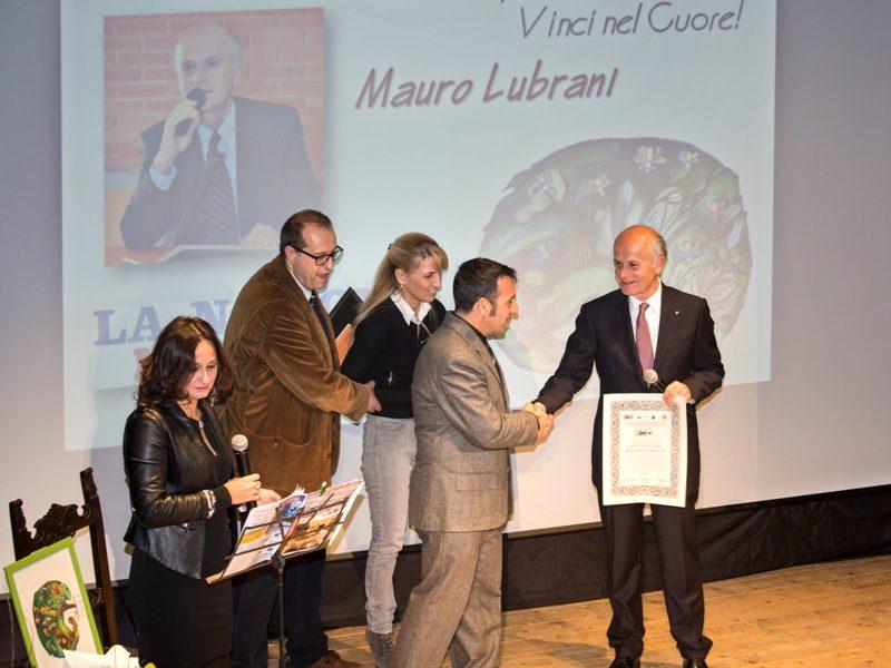 Mauro Lubrani riceve il premio dall'assessore Paolo Santini