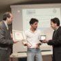 WikiPedro riceve il Leonardo d'Argento dall'assessore Paolo Santini (a destra). (foto: Domenico Alessi)