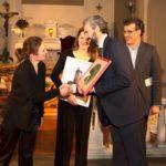 Il senatore Dario Parrini premia gli artisti che si sono esibiti durante la serata (foto: Domenico Alessi)
